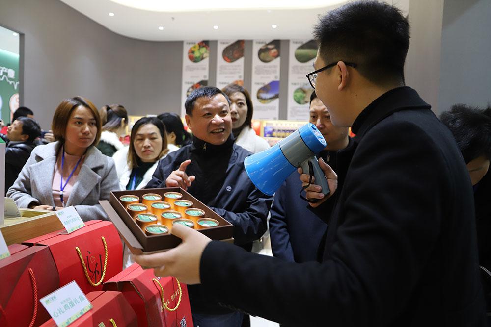 区电商中心执行经理胡俊毅向考察团介绍信阳茶叶.JPG